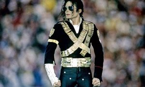 michael-jackson-motionless-statue-stance-superbowl-sunglasses